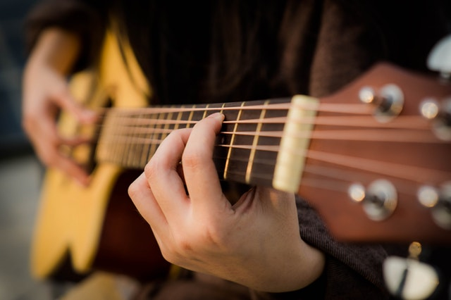 10 Guitar Lessons for Beginners to Try Out